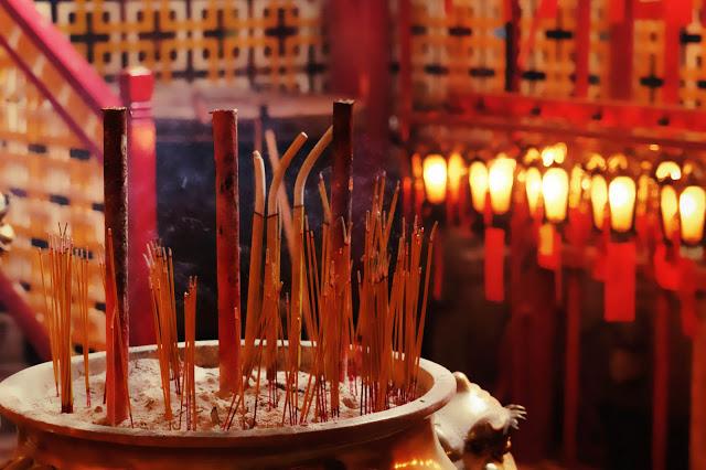 4-things-must-experience-HongKong_incensestick.jpg